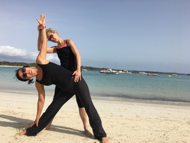 Yoga am Strand von Mallorca